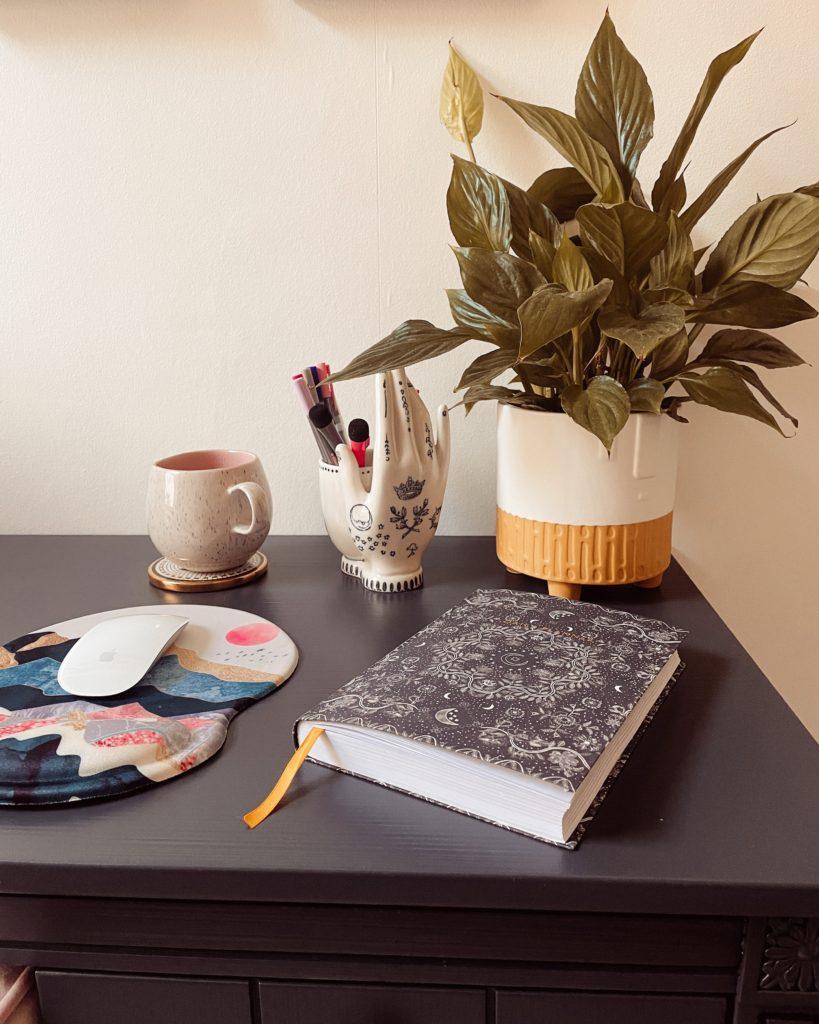 An array of desktop items